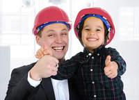 Daumen hoch - Vater mit Sohn mit Schulz Gerüstbau Helm